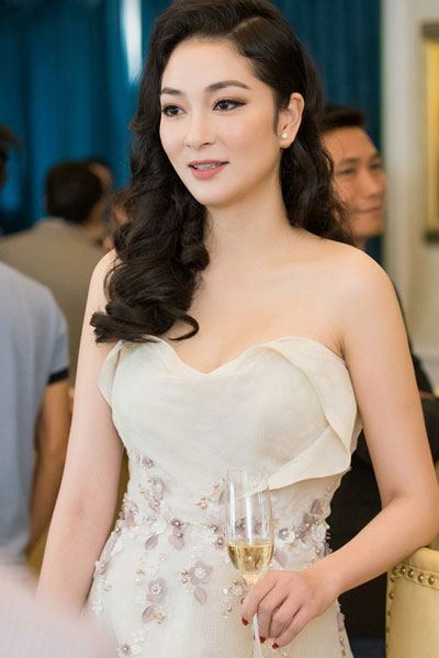 Nguyen Thi Huyen at a party