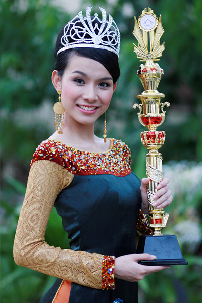Nguyen Thuy Lam holding a trophy