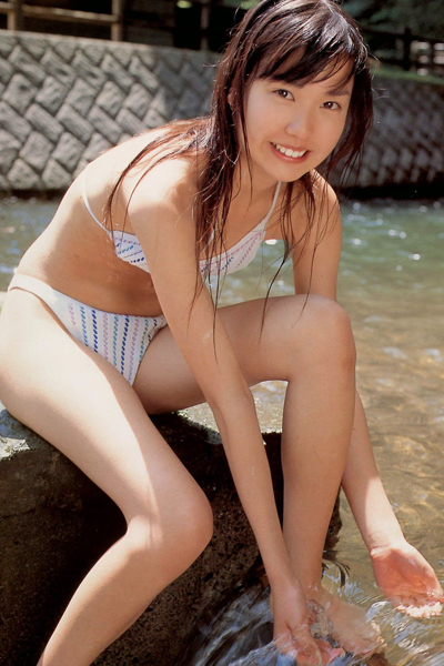 Erika Toda playing with water
