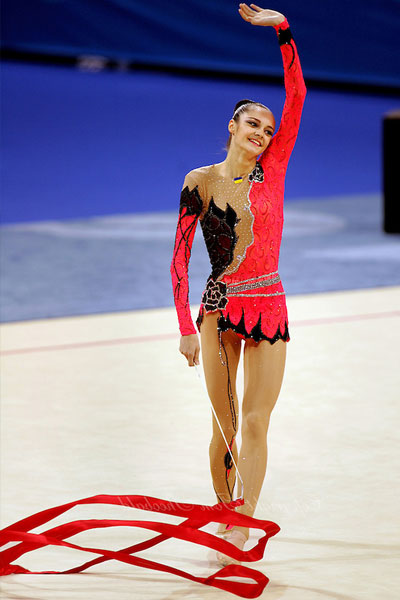 anna bessonova waving at the audience
