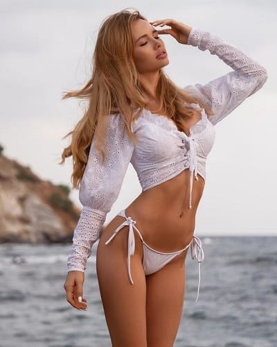 Olya Abramovich flaunting her flat abs at the beach