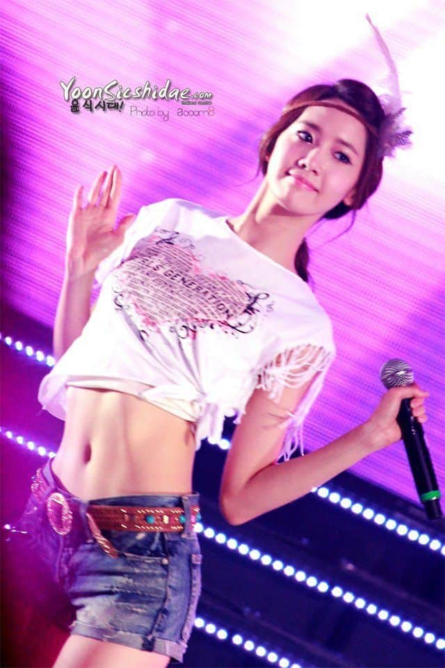 Im Yoona showing abs