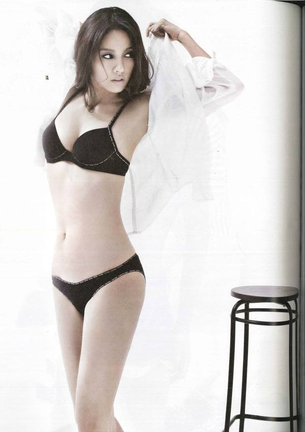 Lee Hyori flaunts abs