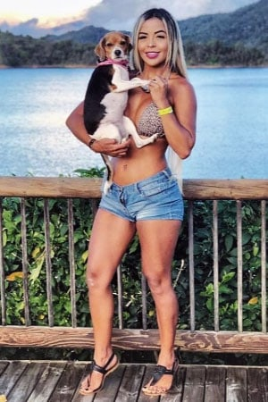 Colombian woman who loves dogs