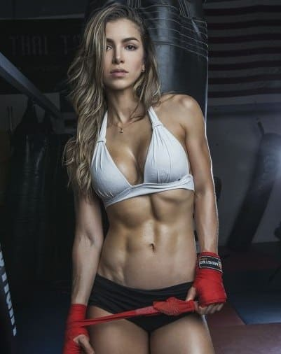 Anllela Sagra showing abs