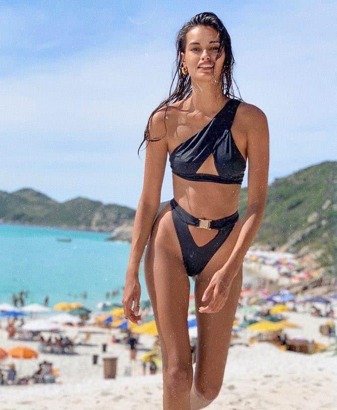 Gizele Oliveira at the beach