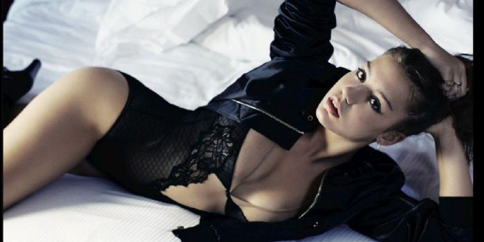 Adèle Exarchopoulos hot picture on the bed