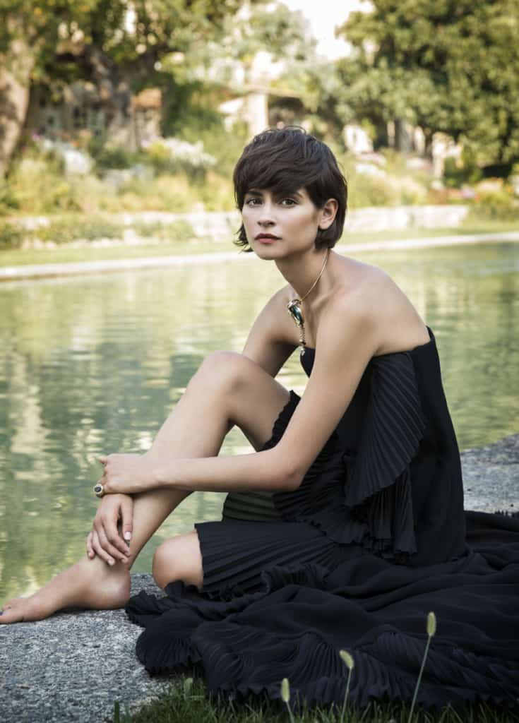Alba Galocha black dress pictorial near the waters