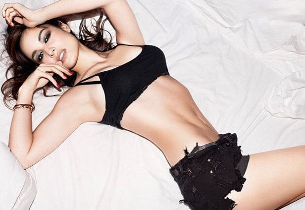 Bérénice Marlohe sexy flat abs