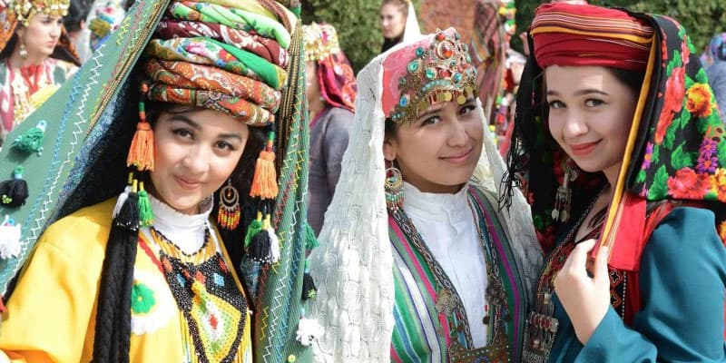 Uzbek women wearing traditional clothes