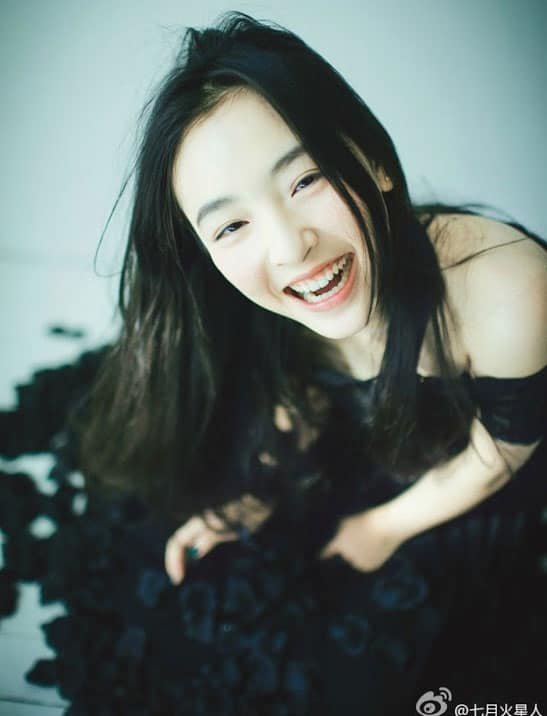 Wu Qian in a long black dress with a happy smile