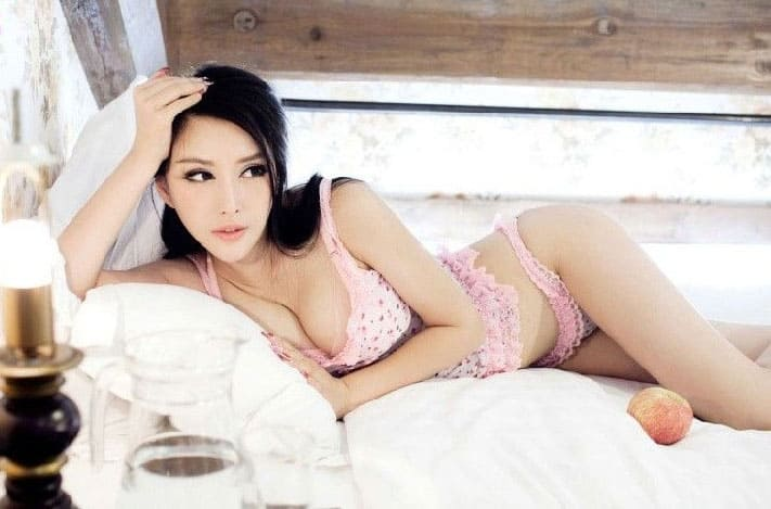 Yang Qihan seductive on the bed
