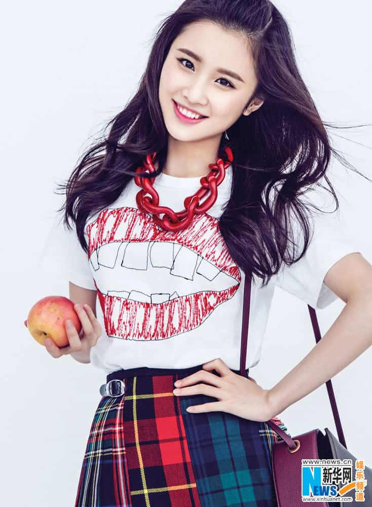 Zhang Huiwen holding an apple for pictorial
