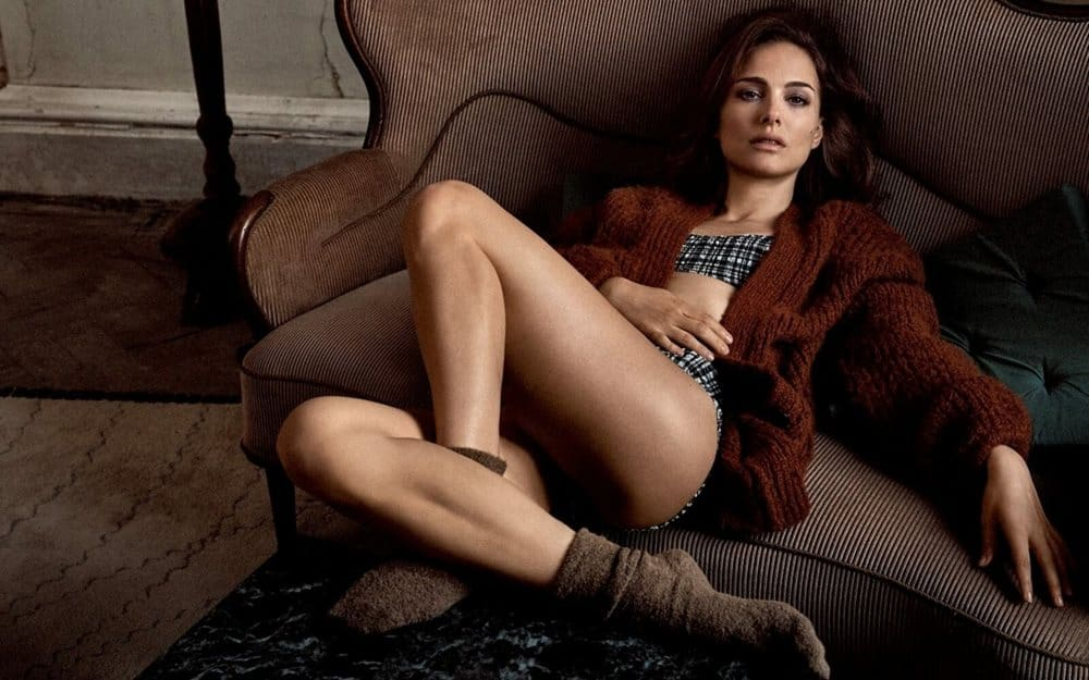 Natalie Portman relaxed on the couch