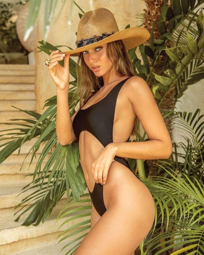 Neta Alchimister in sexy black bikini